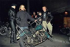 Гена и Портос рассматривают HD Львовича возле Ямы, 1997 :: 001